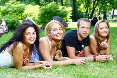 Groupe de garçons et de filles d'adolescent Image libre de droits