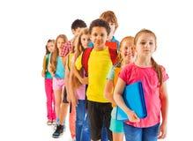 Groupe de garçons et de filles se tenant dans la file d'attente Photo libre de droits