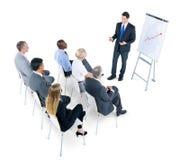 Groupe de gens d'affaires écoutant la présentation image stock