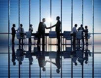 Groupe de gens d'affaires allumé par dos de se réunir Image stock