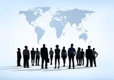 Groupe de gens d'affaires apprenant pour des tendances économiques globales Image libre de droits
