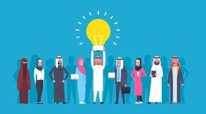 Groupe de gens d'affaires arabes avec l'homme d'affaires arabe And Businesswoman de nouveau concept d'idée de Holding Light Bulb  illustration stock