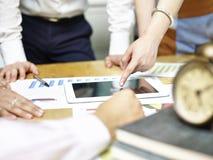 Groupe de gens d'affaires asiatiques se réunissant dans le bureau Image stock