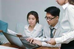 Groupe de gens d'affaires asiatiques travaillant ensemble dans le bureau moderne photo stock