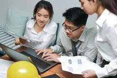 Groupe de gens d'affaires asiatiques travaillant ensemble sur un ordinateur portable au bureau Concept brainstroming de travail d Image stock