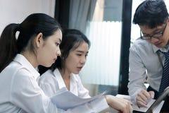Groupe de gens d'affaires asiatiques travaillant ensemble sur un ordinateur portable au bureau Concept brainstroming de travail d Photo libre de droits