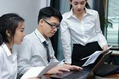 Groupe de gens d'affaires asiatiques travaillant ensemble sur un ordinateur portable au bureau Concept brainstroming de travail d Photo stock