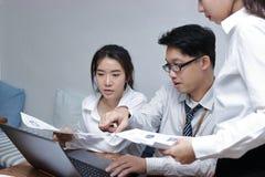 Groupe de gens d'affaires asiatiques travaillant ensemble sur un ordinateur portable au bureau Concept brainstroming de travail d Images libres de droits