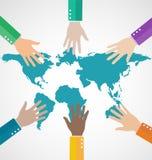 Groupe de gens d'affaires assemblant la carte du monde avec le travail d'équipe Image stock