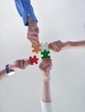 Groupe de gens d'affaires assemblant le puzzle denteux Photo libre de droits