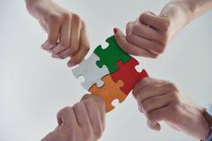 Groupe de gens d'affaires assemblant le puzzle denteux Images stock