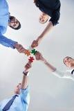 Groupe de gens d'affaires assemblant le puzzle denteux Images libres de droits