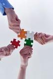 Groupe de gens d'affaires assemblant le puzzle denteux Photo stock