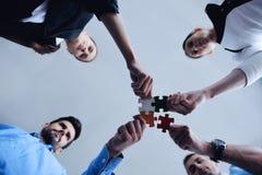 Groupe de gens d'affaires assemblant le puzzle denteux Photos libres de droits