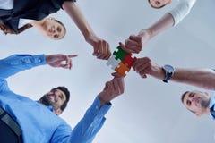 Groupe de gens d'affaires assemblant le puzzle denteux Image libre de droits