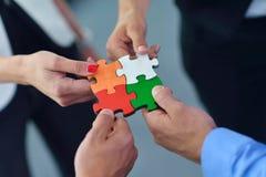 Groupe de gens d'affaires assemblant le puzzle denteux Photographie stock libre de droits