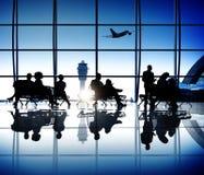 Groupe de gens d'affaires attendant dans un aéroport Image libre de droits