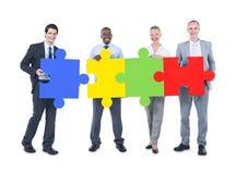 Groupe de gens d'affaires construisant le puzzle Image stock