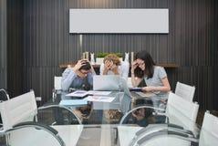 Groupe de gens d'affaires déprimés dans un lieu de réunion, partageant le Th Images stock