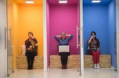 Groupe de gens d'affaires dans l'espace de fonctionnement créatif photos libres de droits