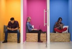 Groupe de gens d'affaires dans l'espace de fonctionnement créatif images libres de droits