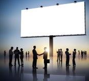Groupe de gens d'affaires de silhouettes dehors et un Billb vide Photographie stock libre de droits