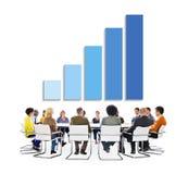 Groupe de gens d'affaires discutant au sujet de la croissance d'affaires Photographie stock