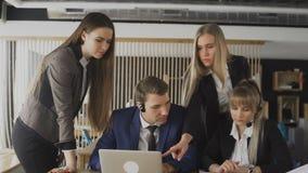 Groupe de gens d'affaires discutant des probl?matiques de l'entreprise L'atmosph?re de fonctionnement dans le bureau banque de vidéos