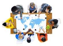Groupe de gens d'affaires discutant des questions du monde Images stock