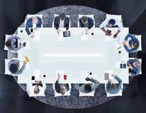 Groupe de gens d'affaires divers lors d'une réunion images stock