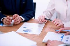 Groupe de gens d'affaires et d'avocats discutant des papiers de contrat Photos stock