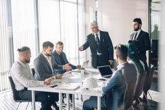 Groupe de gens d'affaires faisant un brainstorm ensemble dans le lieu de réunion photo stock