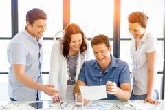 Groupe de gens d'affaires heureux lors d'une réunion Image libre de droits