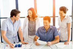 Groupe de gens d'affaires heureux lors d'une réunion Photographie stock