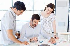 Groupe de gens d'affaires heureux lors d'une réunion Image stock