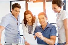 Groupe de gens d'affaires heureux lors d'une réunion Photos stock