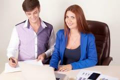 Groupe de gens d'affaires heureux lors d'une réunion au bureau image libre de droits