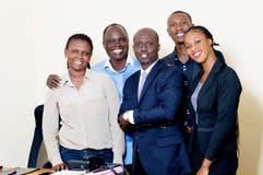 Groupe de gens d'affaires heureux posant ensemble au bureau photos libres de droits