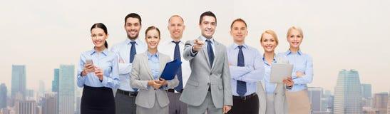 Groupe de gens d'affaires heureux se dirigeant à vous Photos libres de droits