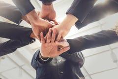 Groupe de gens d'affaires joignant des mains Concept de travail d'équipe Photos stock