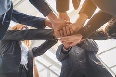 Groupe de gens d'affaires joignant des mains Concept de travail d'équipe Images libres de droits