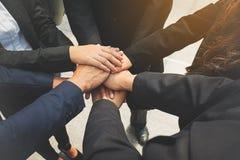 Groupe de gens d'affaires joignant des mains Concept de travail d'équipe Photo stock