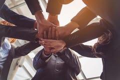 Groupe de gens d'affaires joignant des mains Concept de travail d'équipe Images stock