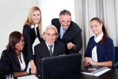 Groupe de gens d'affaires lors d'un contact photographie stock libre de droits