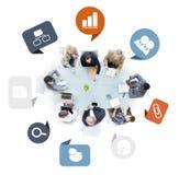 Groupe de gens d'affaires lors d'une réunion avec des icônes d'affaires illustration stock