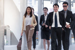 Groupe de gens d'affaires marchant et souriant avec le collègue sur b Image stock