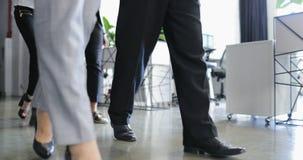 Groupe de gens d'affaires marchant par la vue inférieure moderne d'immeuble de bureaux, équipe d'hommes d'affaires réussis et banque de vidéos
