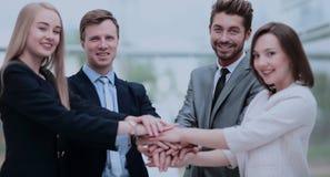 Groupe de gens d'affaires mettant leurs mains sur chaque othe Photos libres de droits