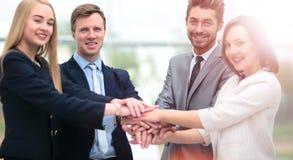 Groupe de gens d'affaires mettant leurs mains sur chaque othe Photos stock
