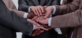 Groupe de gens d'affaires mettant leurs mains sur chaque othe Photo libre de droits